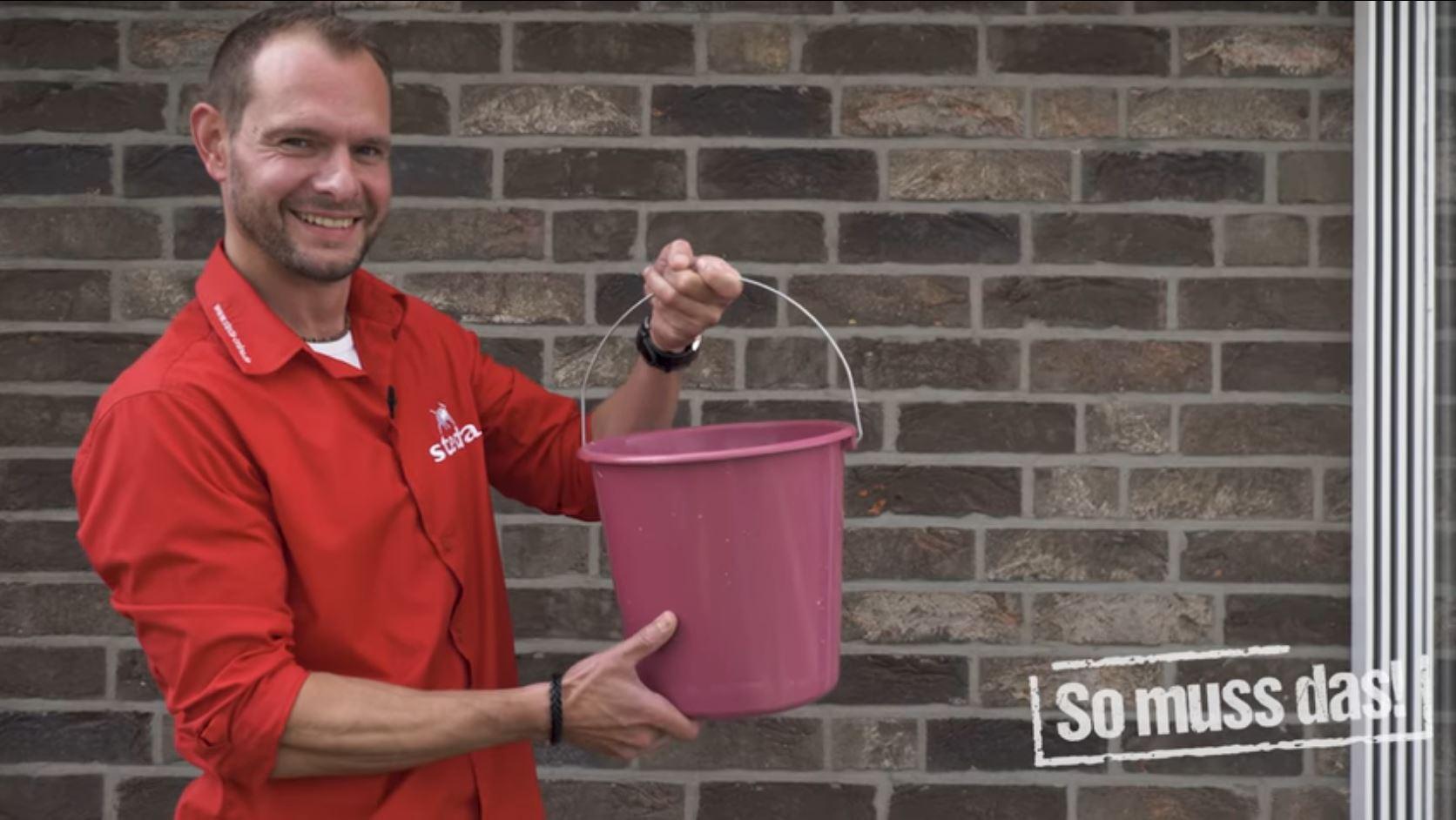 10 Liter Eimer mit lauwarmem Wasser und dem Reinigungskonzentrat von steda