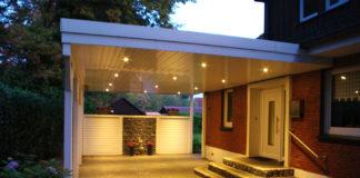 Weißes Carport am Hauseingang beleuchtet