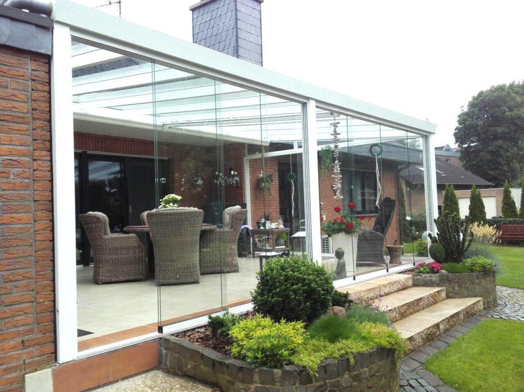 Fliesen auf Terrasse mit Glasschiebewänden
