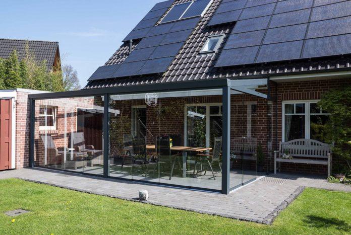 Terrassenüberdachung mit Glasschiebewänden