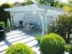 weiße pergola im garten als terrassenerweiterung