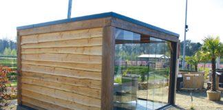 Poolhaus mit Glasschiebewänden aus Sicherheitsglas