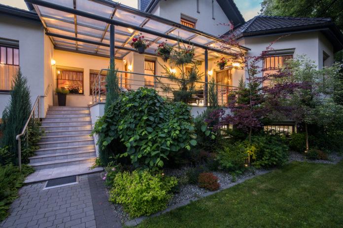 beleuchtete-terrassenueberdachung-bei-nacht