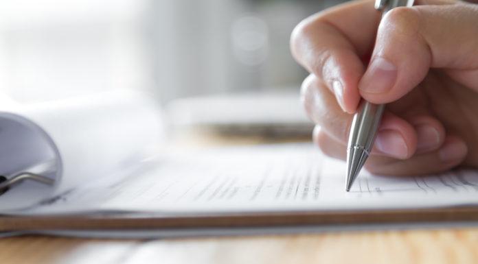 carport-checkliste-mit-kugelschreiber