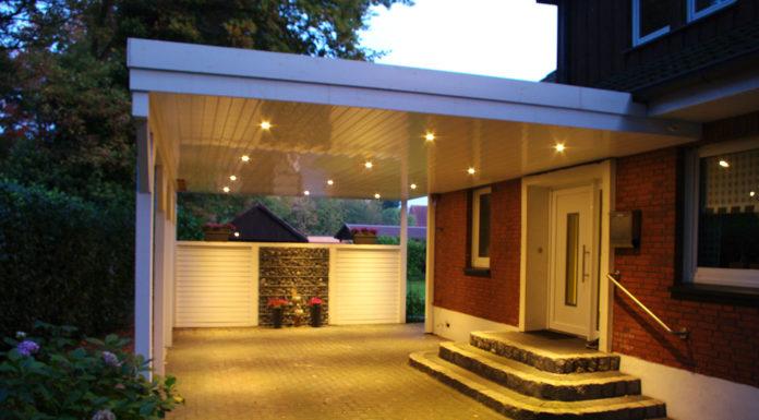 carport-flachdach-holz-wandanbau-zwei-fahrzeuge-led-beleuchtung