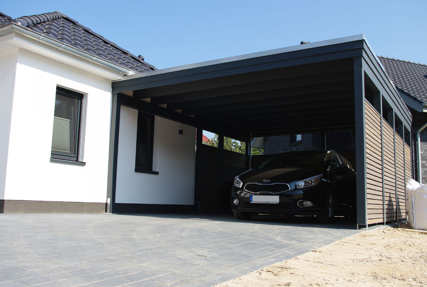 carport mit tor ihr auto sicher hinter verschlossenen. Black Bedroom Furniture Sets. Home Design Ideas