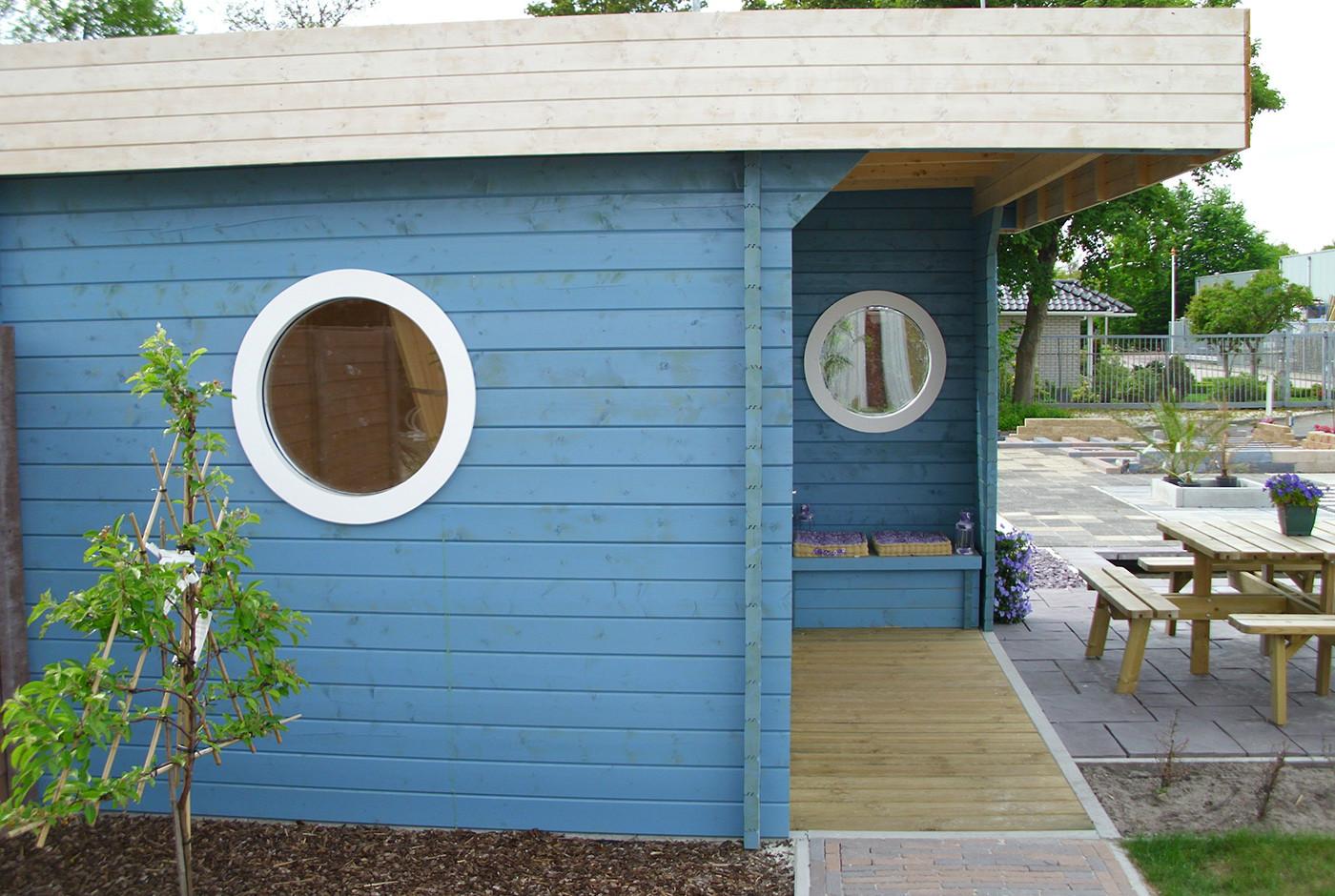 gartenhaus mit blauem anstrich von der seite