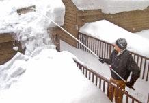 Schnee auf dem Dach eines Carports