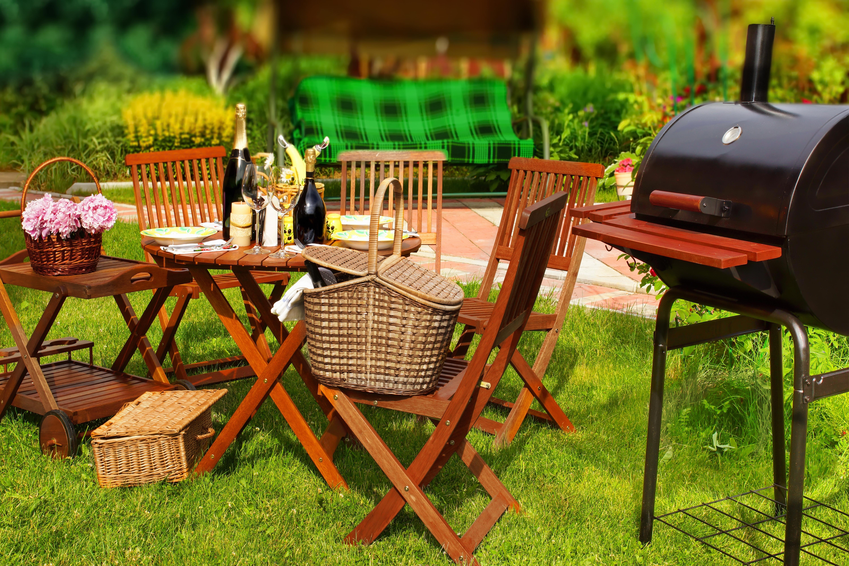Urlaub im Garten mit Grill und Wein