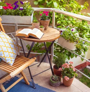 Ein mediterraner Balkon mit Holzmöbeln