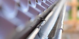 Dachrinne an einem Carport unter Dachziegeln