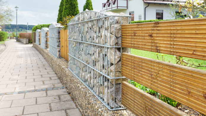 Grundstücksgrenze durch Zaun