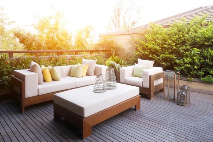 Gartenmöbel mit Sonneneinstrahlung