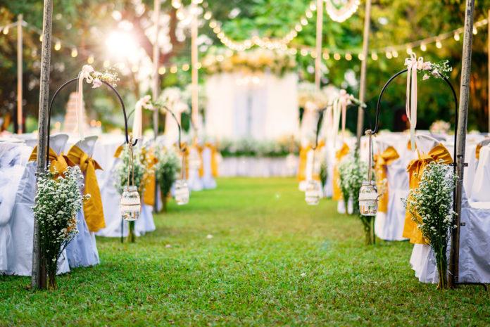 Hochzeit im Garten mit weißen Stuhlhussen