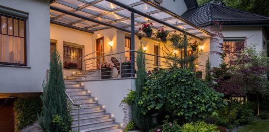 Hochterrasse mit Treppe zum Garten verbunden
