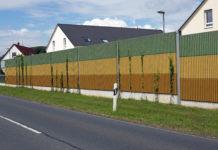 Lärmschutzmauer für Häuser die an einer Straße stehen