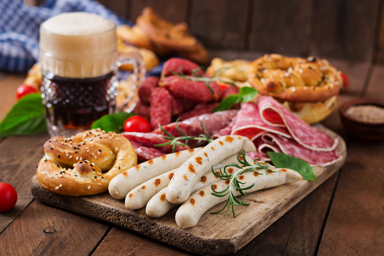 Weißwurst, Brezeln, Käse und Bier fürs Oktoberfest
