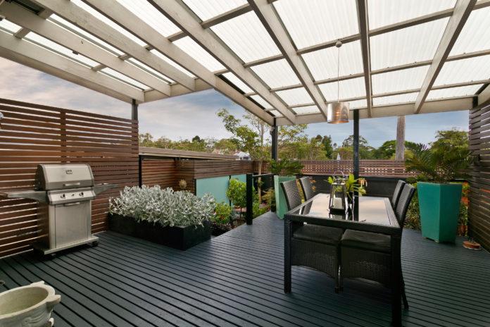 Überdachter Innenhof mit einer Terrassenüberdachung aus Glas