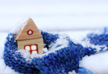 Haus in der Schneelastzone, mit einem wärmenden Schal und Schnee