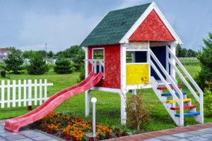 Ein Spielhaus auf Stelzen für Kinder im Garten