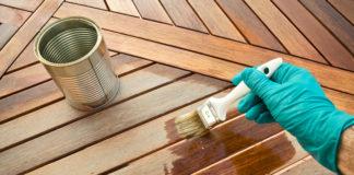 Behandlung von Holzdielen auf der Terrasse