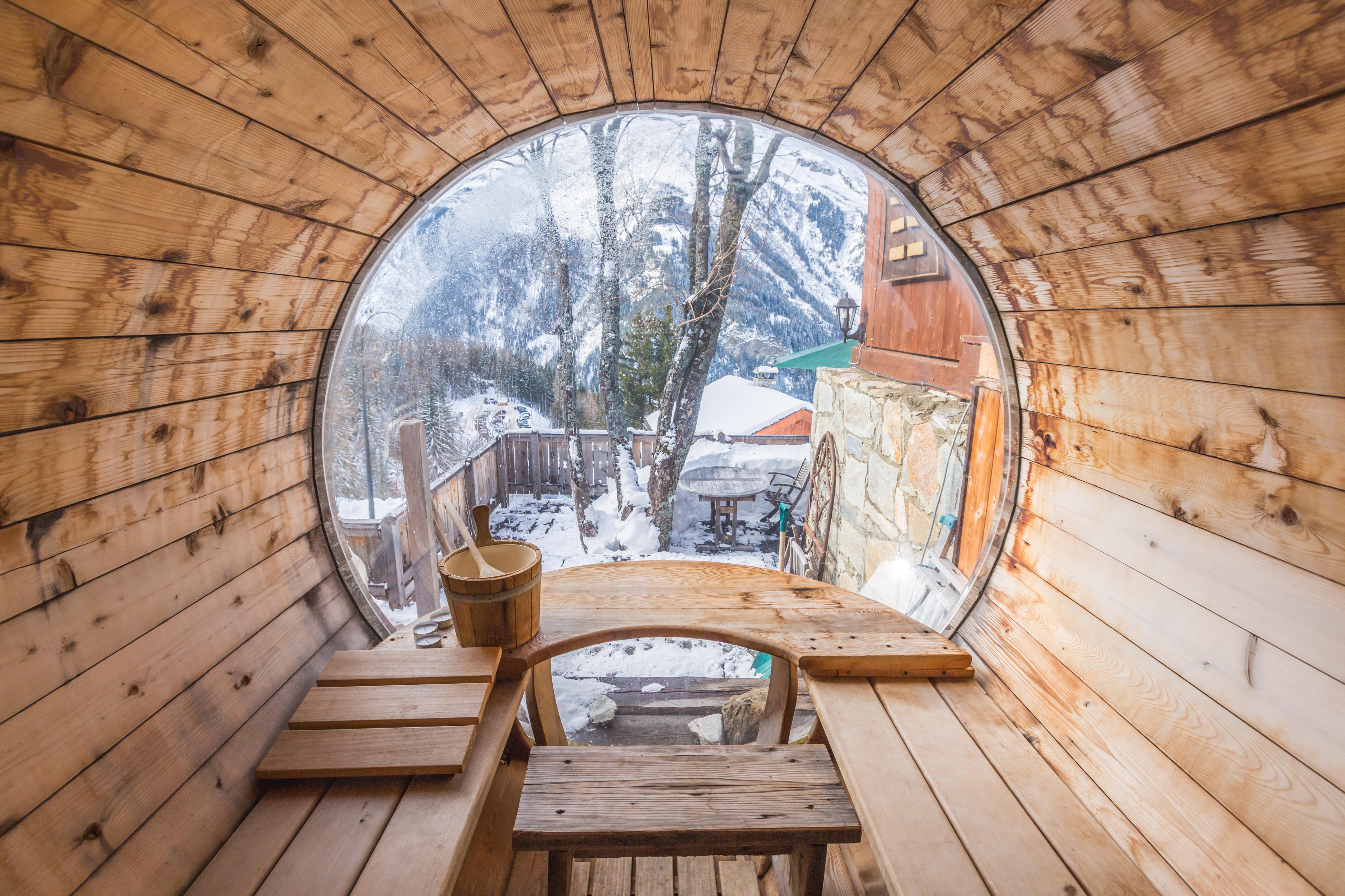 Ausblick aus einem Saunafass in den Garten