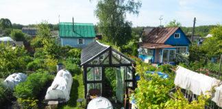 Schrebergartenanlage mit gartenhäusern und gewächshäusern