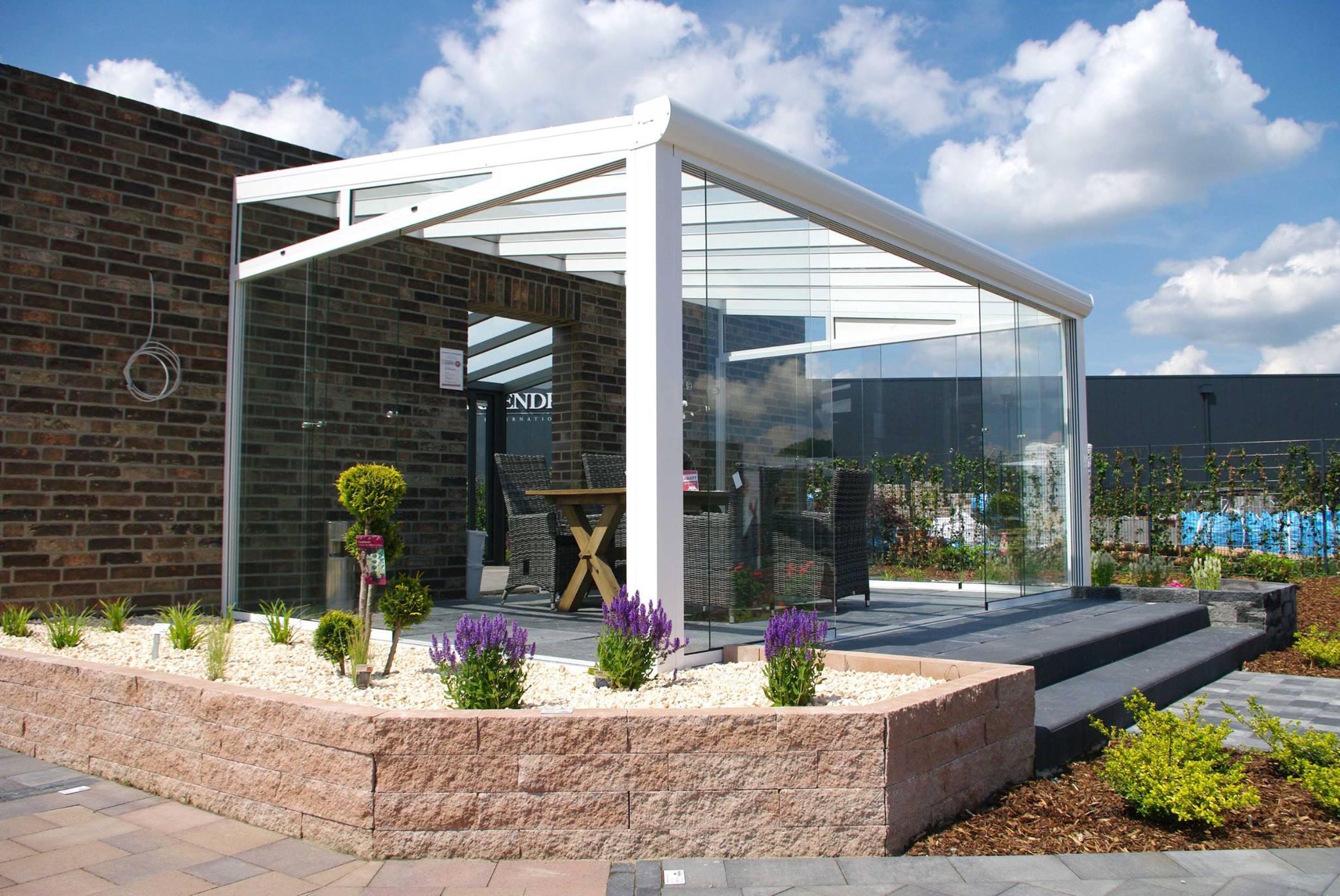 Terrasse im Frühling mit Ziersteinen als Umrandung