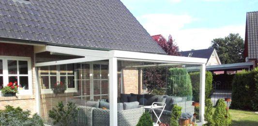 Überdachte Terrasse mit Sofas zum Sitzen