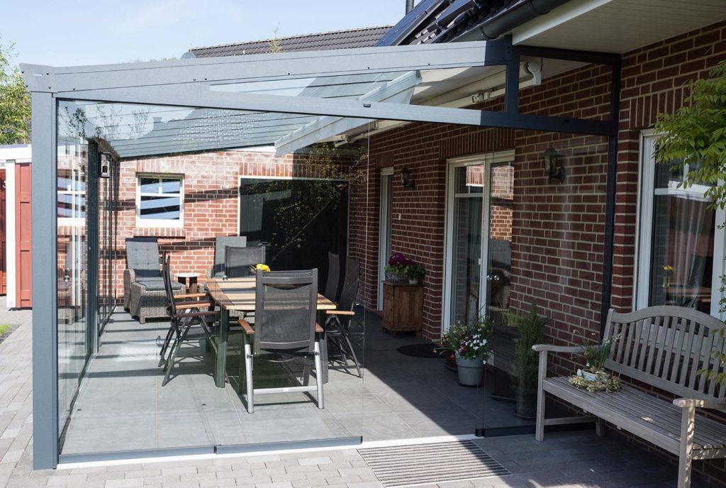 Terrassenüberdachung mit Glasschiebewänden Seitenansicht