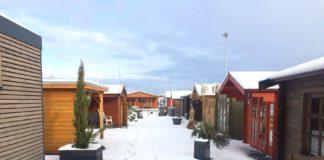 Gartenhaus und Gartenmöbel im Winter
