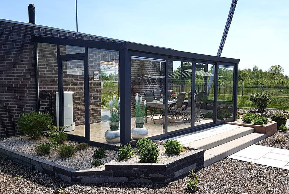 Überdachte Aluminium Terrasse mit Glasschiebewänden