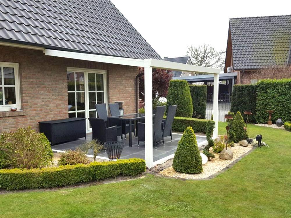 Übergang von der überdachten Terrasse in den Garten
