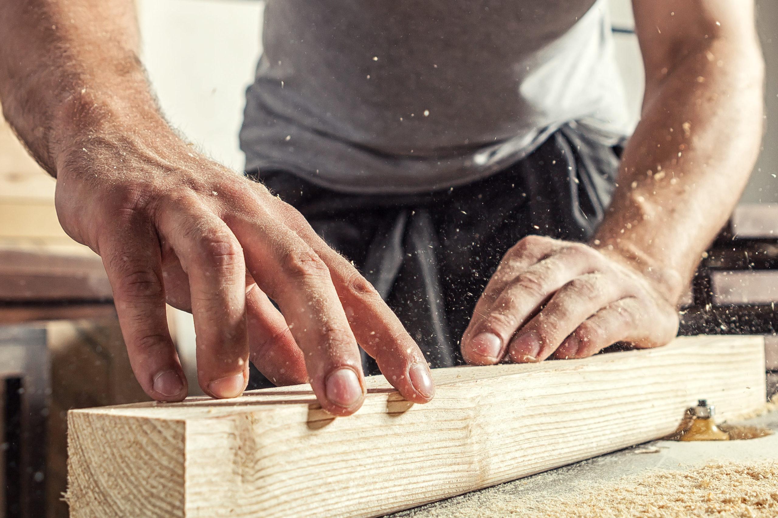 Handwerker baut terrassenüberdachung
