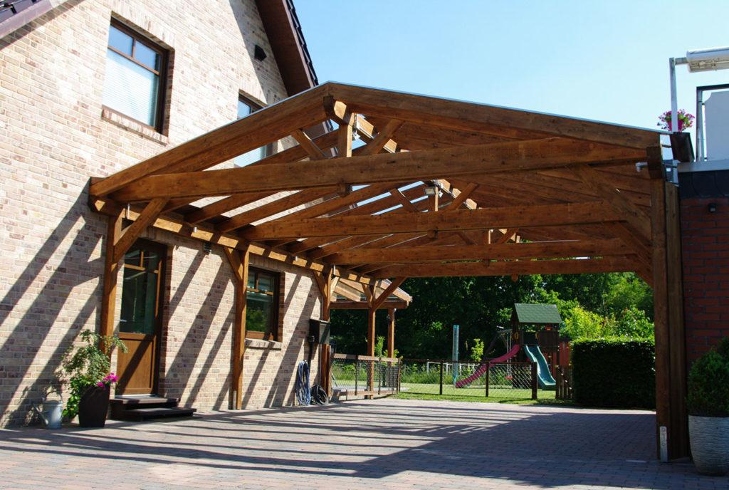 Satteldachcarport aus Holz an Hauswand