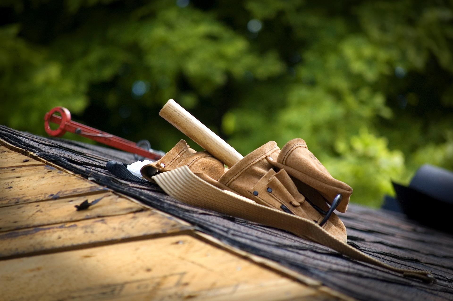 Dacharbeit mit Werkzeug