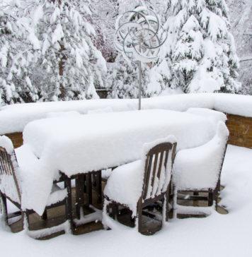 Gartenmöbel im Winter unter Schnee