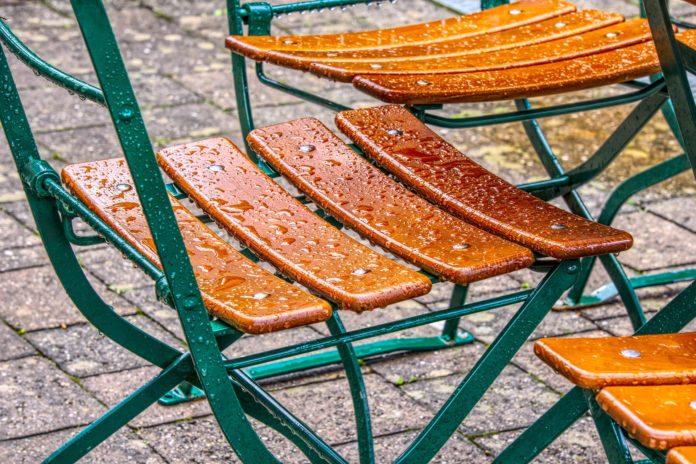 Gartenmoebel-Stuhl-Regentropfen