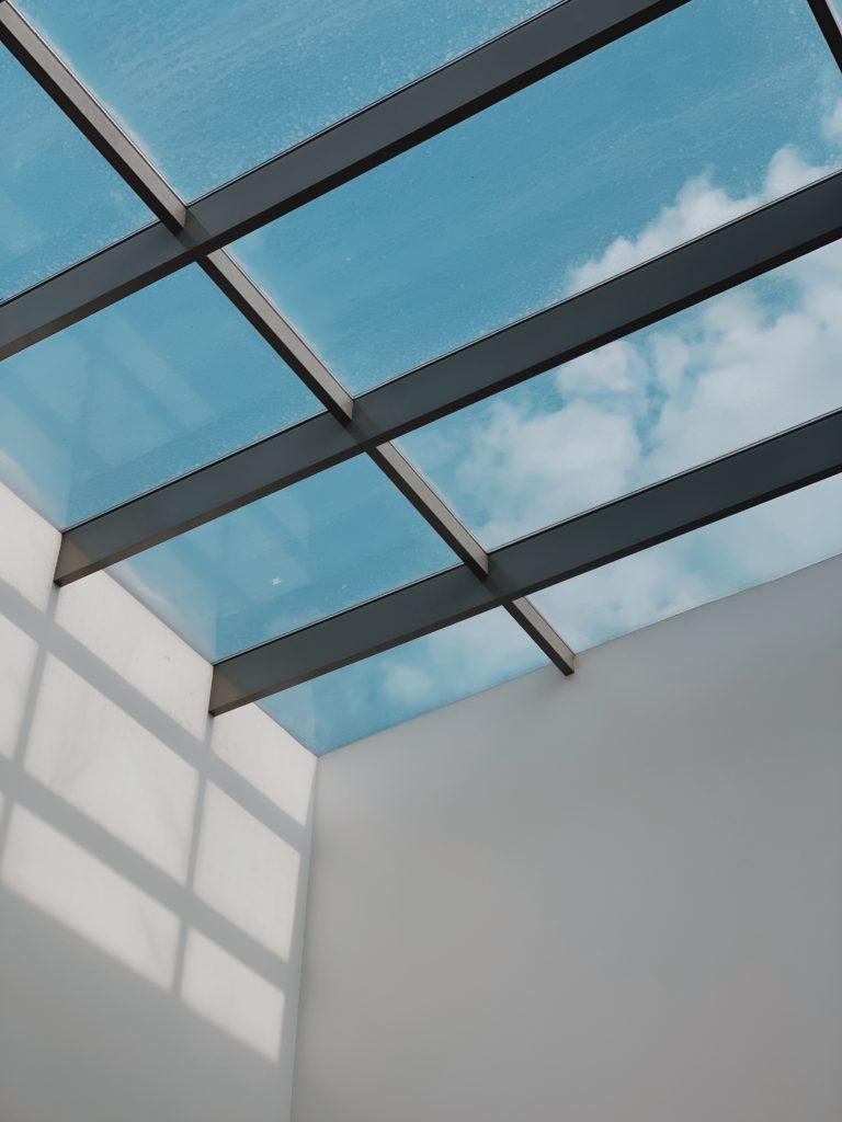 Glasdach-blauer-Himmel