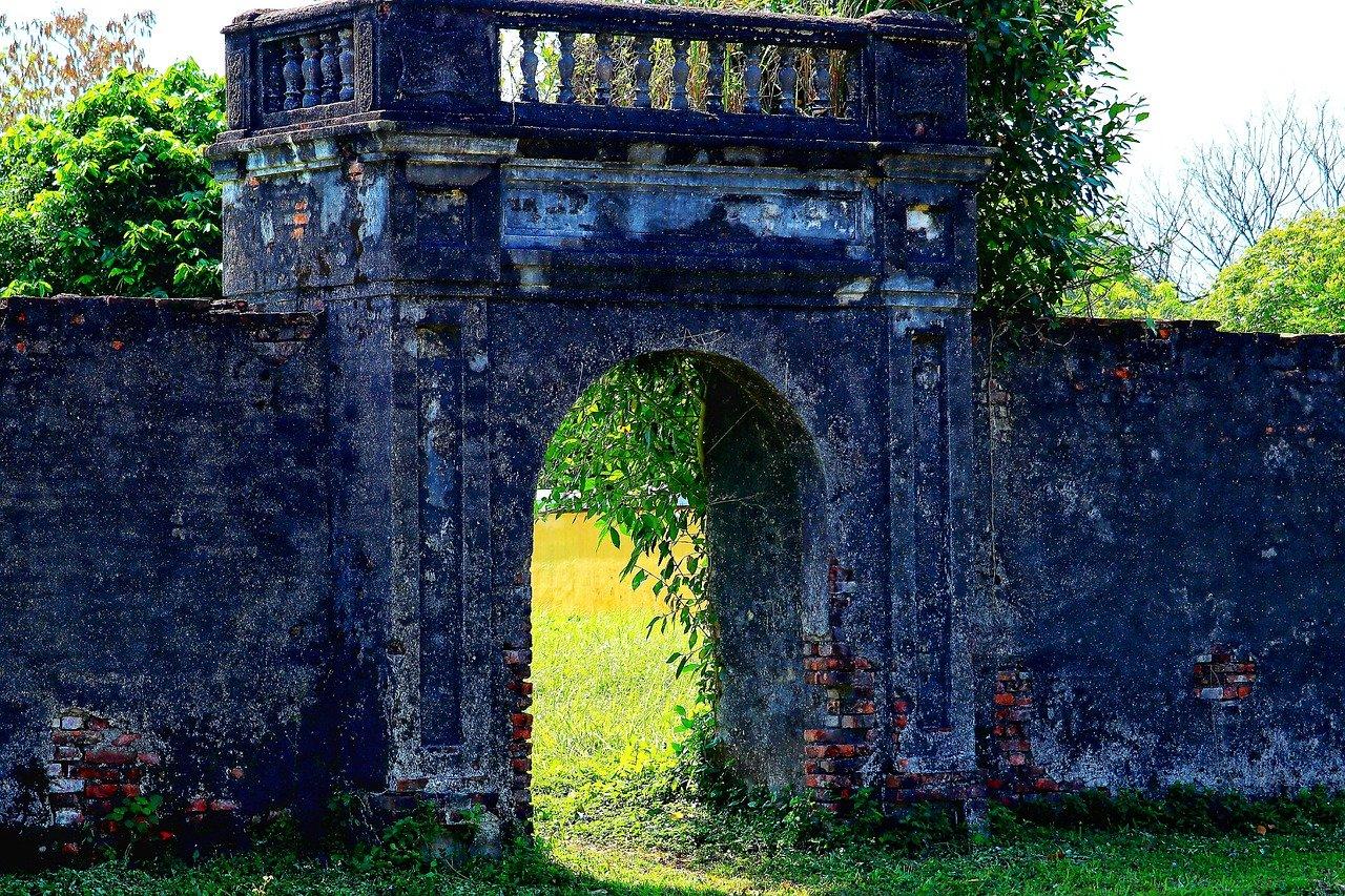 Große Ruine im Garten