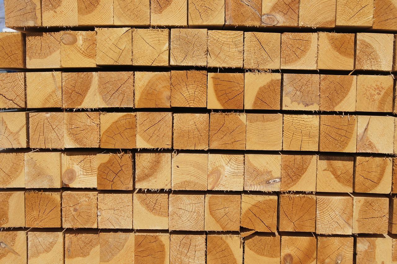 Holzpfosten-gestapelt