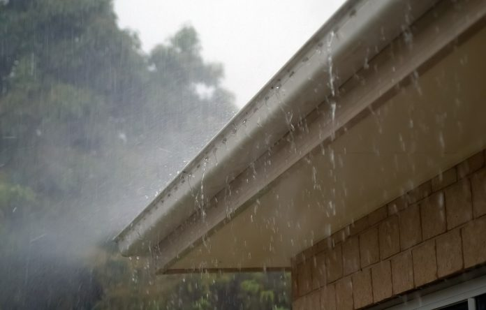 Regen-Hausdach-Dachrinne