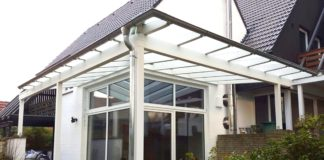 Regenrinne aus Aluminium am Terrassendach