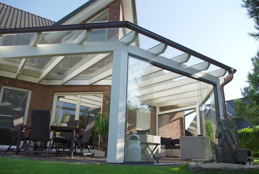 Terrasse mit Glasdach am Garten