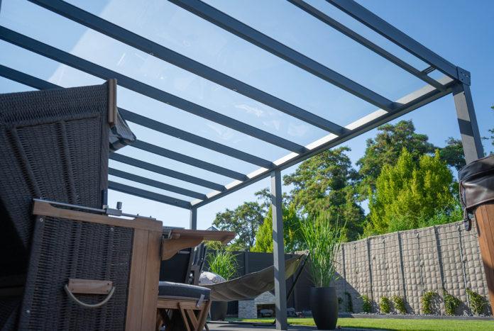 Terrassenueberdachung_glas_gemuetlicher_Garten