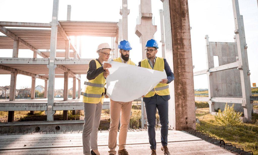 Baubehörde beim Planen einer Terrassenüberdachung
