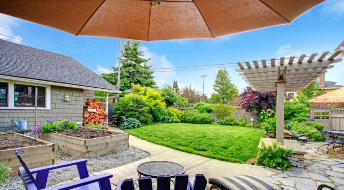 ausblick-von-gartenhaus-mit-terrasse