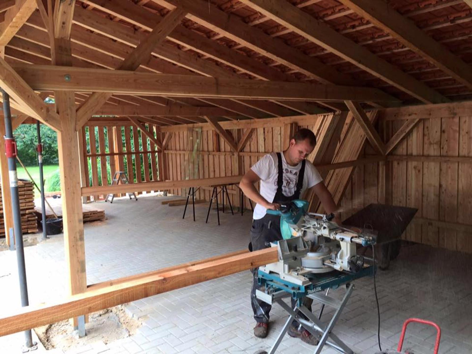 carport selber bauen handwerker bei der arbeit