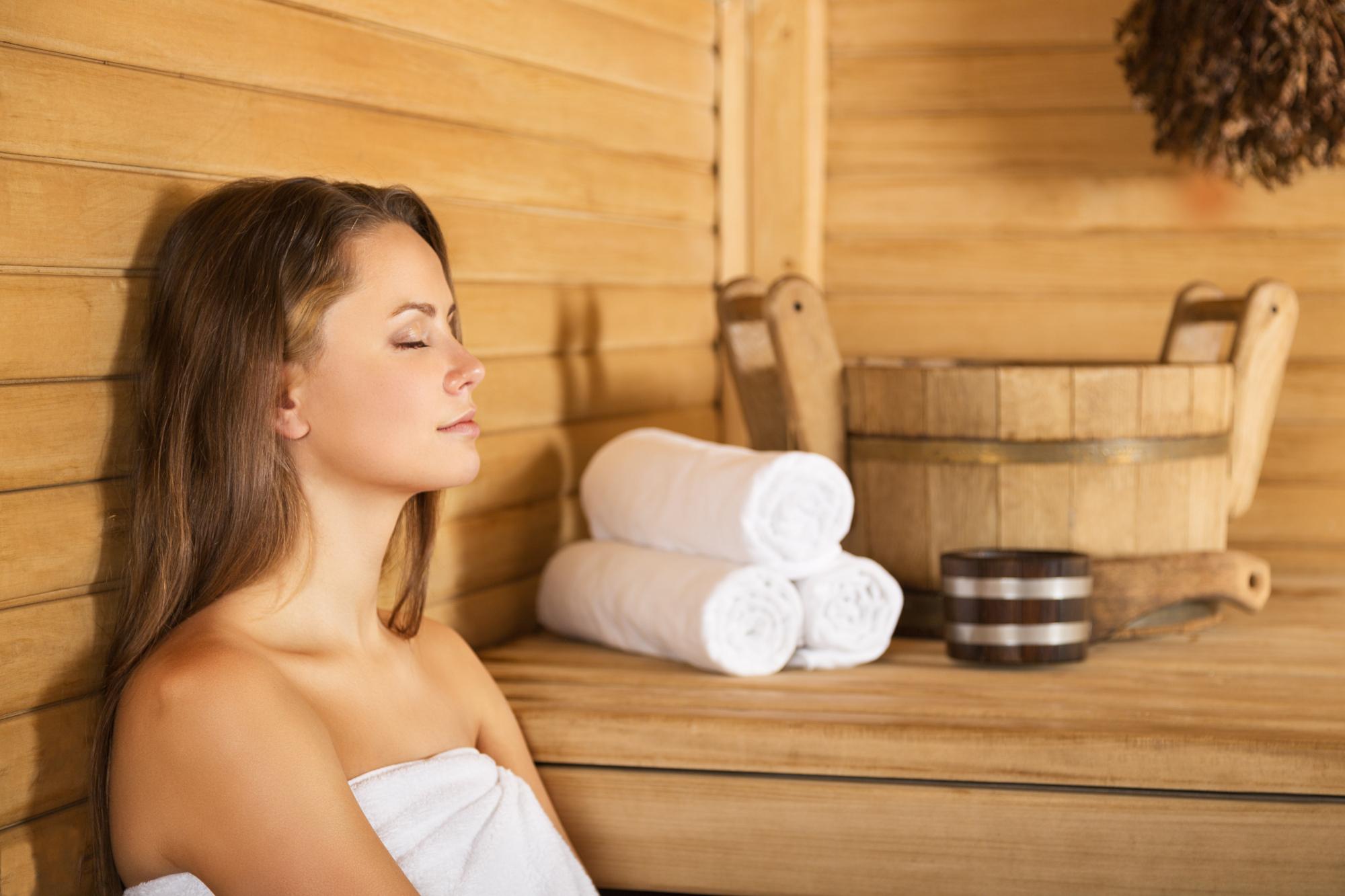gartenhaus-mit-sauna-frau-in-der-sauna