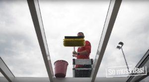 Glasdach reinigen mit Waschbürste und integriertem Wasseranschluss
